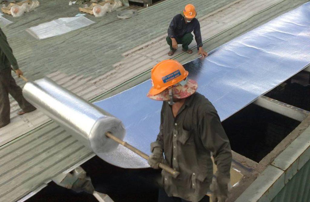 Thi công chống nóng mái tôn bằng túi khí cách nhiệt