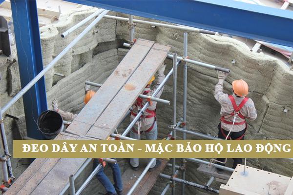 Đeo dây an toàn và trang bị đầy đủ bảo hộ lao động khi thi công bông khoáng khu vực trên cao.